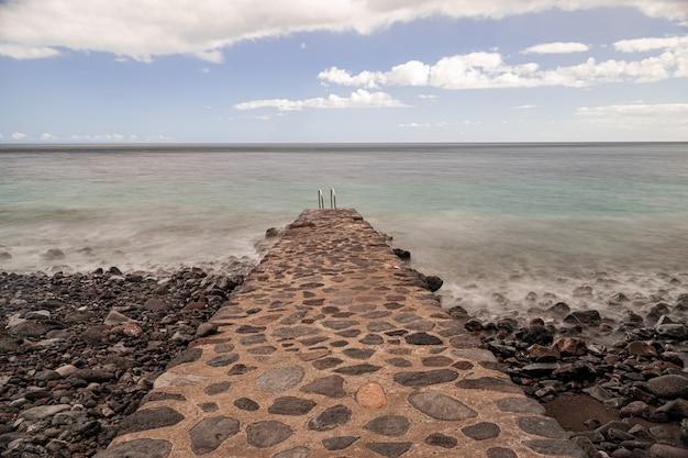 Escada de metal enferrujada no oceano atlântico, las playas, el hierro, ilhas canárias, espanha