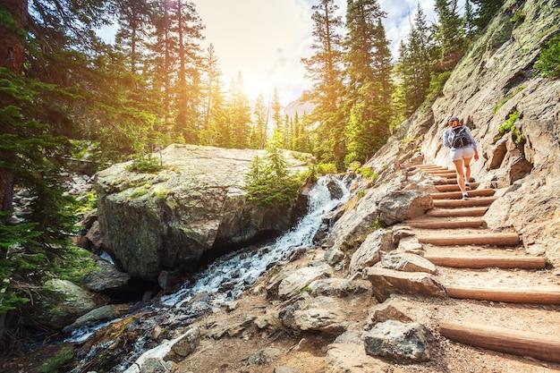 Escada de pedra ao longo do rio de montanha na rota turística