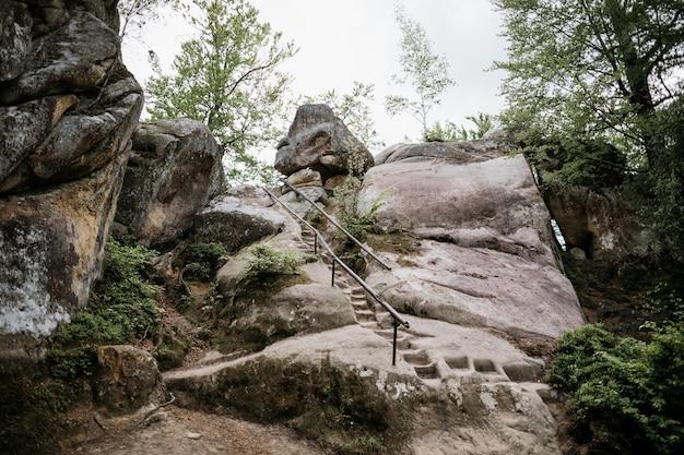 Escada de pedra na rocha Foto Premium