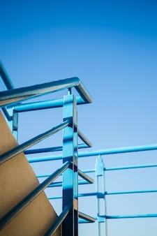 Escada de trilho com céu