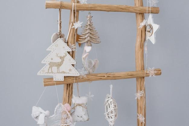 Escada decorativa de madeira, decorada com brinquedos infantis para o natal