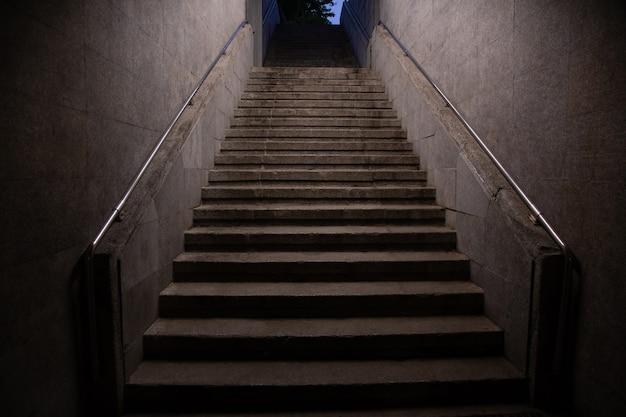 Escada do metrô subindo. interiores arquitetônicos subterrâneos.