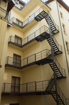 Escada e corrimão de metal fora do prédio