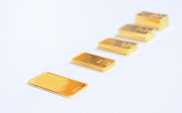 Escada em barras de ouro. lingote de ouro em um fundo claro