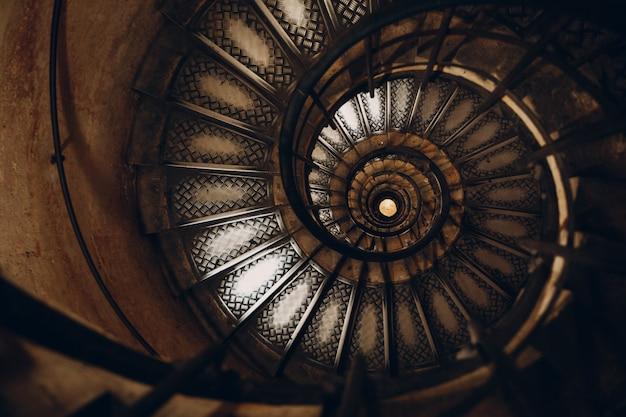 Escada em caracol e mão humana
