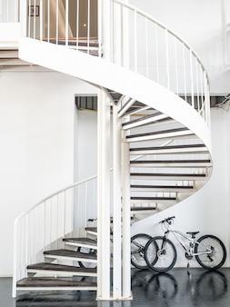 Escada em espiral branca linda