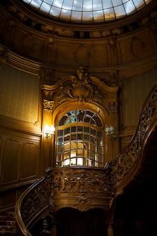 Escada em espiral de madeira vintage