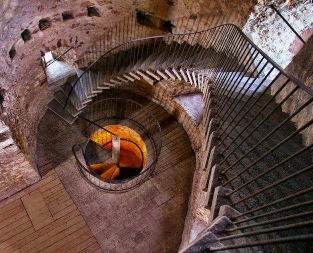 Escada em espiral dentro de um edifício de concreto