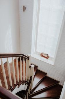 Escada em espiral no interior do edifício, escada em espiral moderna, escada interior luxuosa, símbolo da escada em casa, escadas modernas
