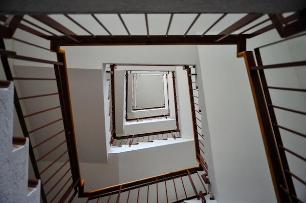Escada em prédio alto com corrimão