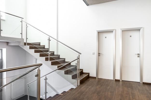 Escada em um prédio moderno, porta do banheiro