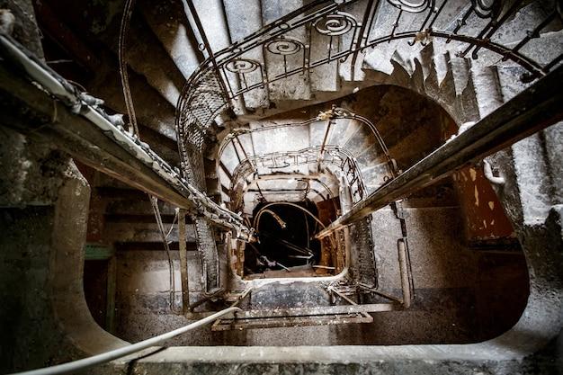 Escada em uma velha casa abandonada. Foto Premium