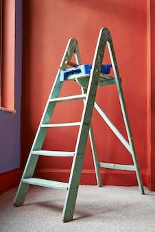 Escada, escova de rolo, balde