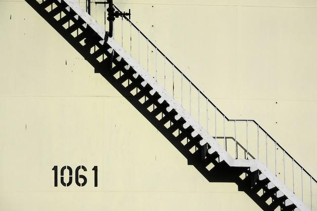 Escada íngreme em uma fábrica