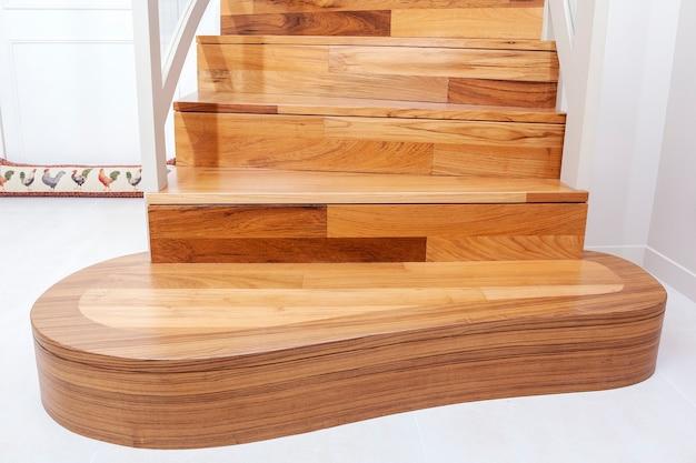 Escada interna de madeira