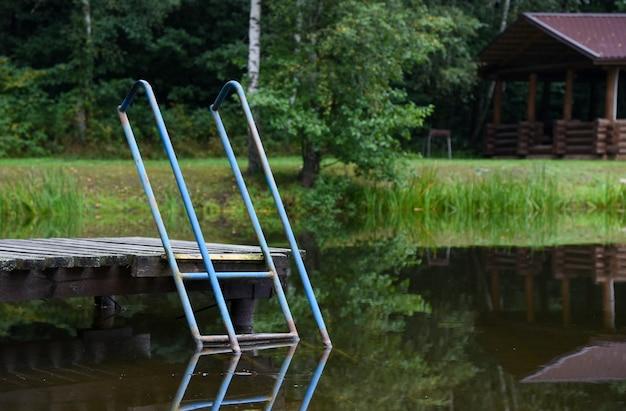 Escada para descer no lago próximo ao banho.