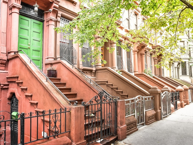 Escada principal e porta de entrada. edifícios do harlem de nova york. casas marrons. nyc, eua.