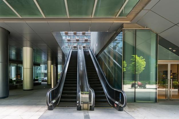 Escada rolante do prédio de escritórios do centro financeiro