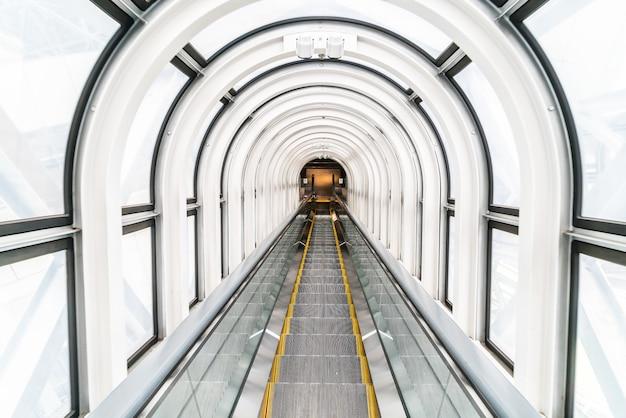 Escada rolante no edifício observatório flutuante de jardim