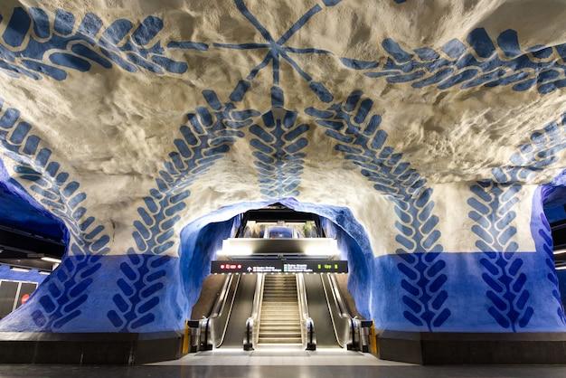 Escada rolante perto da plataforma do metro subterrâneo na estação central t-centralen.