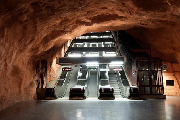 Escada rolante perto da plataforma do metro subterrâneo na estação de radhuset.