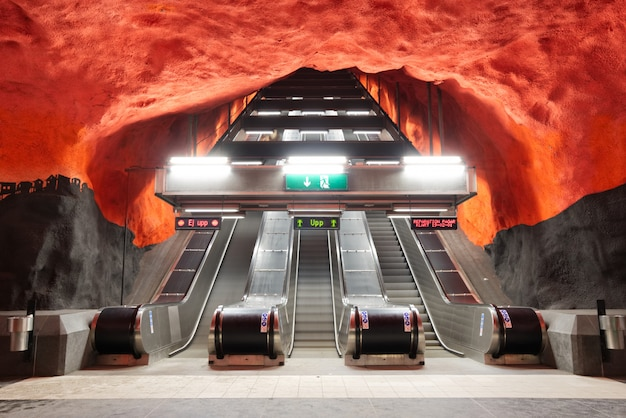 Escada rolante perto da plataforma do subterrâneo na estação do centro de solna.