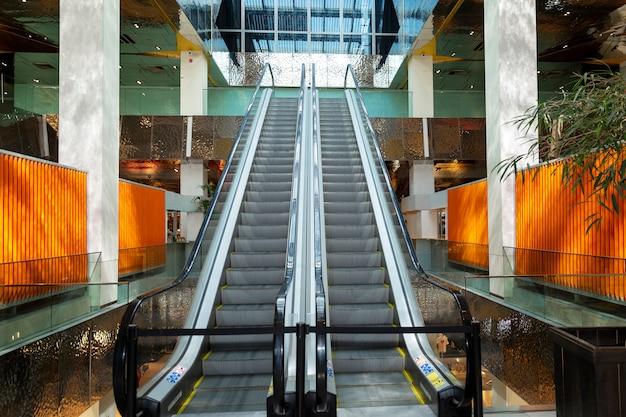 Escada rolante vazia em um belo shopping center.
