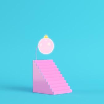 Escada rosa abstrata com bola de cristmas em fundo azul brilhante