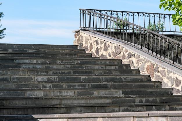 Escada urbana de granito em close-up filmada em um dia ensolarado de verão