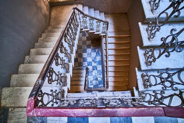 Escada vintage em espiral sinuosa na antiga casa em tbilisi, geórgia