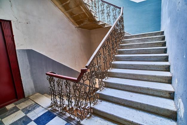 Escada vintage sinuosa na antiga casa de entrada em tbilisi, geórgia