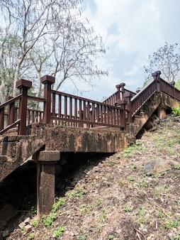 Escadaria concreta velha com o trilho do metal.