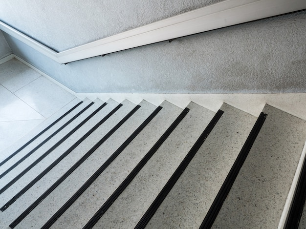 Escadaria de mármore branco padrão com o corrimão de metal.