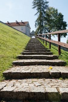 Escadaria de pedra que leva ao mosteiro católico