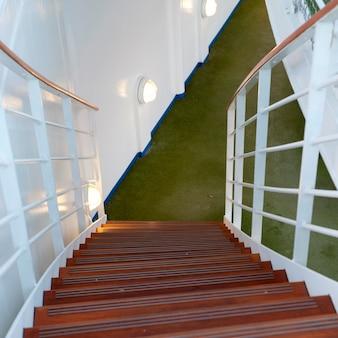 Escadaria de um navio de cruzeiro silver shadow, mar da china oriental