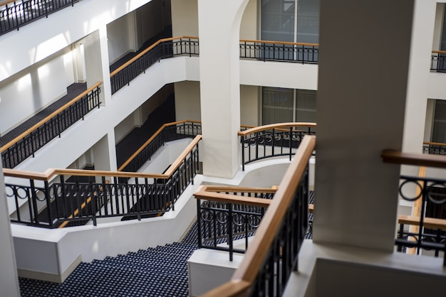 Escadaria dentro de um edifício de vários andares.