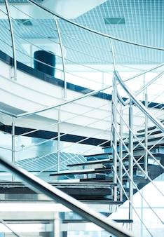 Escadaria em um prédio de escritórios moderno.