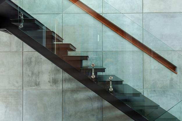 Escadaria em villa moderna e fundo da parede de cimento