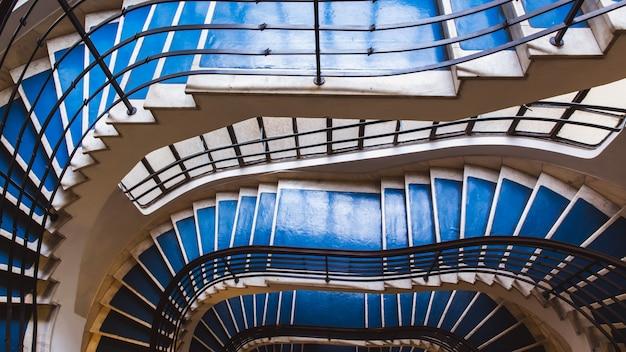 Escadaria espiral azul velha, escadaria espiral dentro de uma casa velha em budapest, hungria.