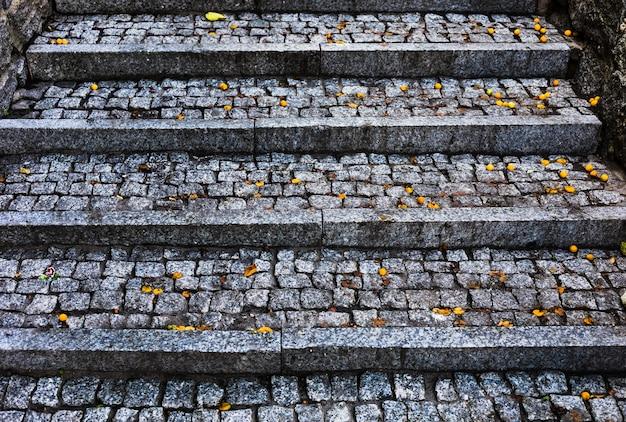 Escadaria na cidade feita por paralelepípedos