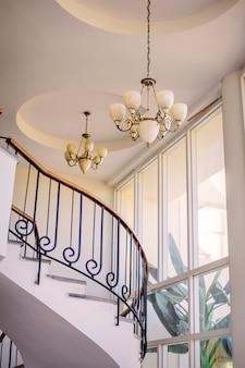 Escadaria no interior com lustres