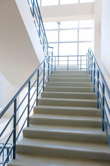 Escadaria - saída de emergência no hotel, escada em close-up, escadas interiores