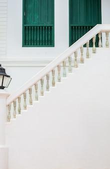 Escadaria vintage, janela