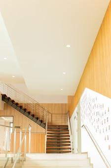 Escadarias de madeira interiores feitas sob encomenda luxuosas no edifício moderno.