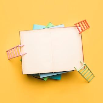 Escadas coloridas, apoiando-se no caderno aberto
