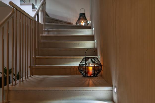 Escadas com iluminação decoradas com lanternas atéticas. design de interiores moderno. foco seletivo.