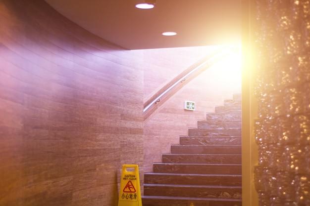 Escadas com sinal do cuidado