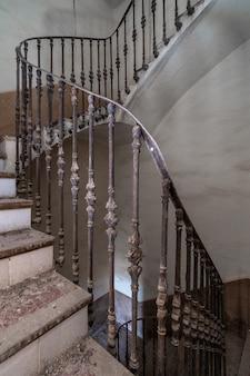 Escadas da mansão abandonada