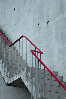 Escadas de concreto com um corrimão vermelho