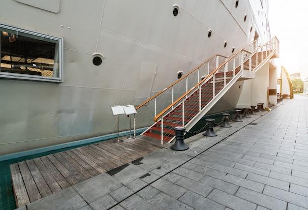 Escadas de embarque, iates de luxo ancorados no porto
